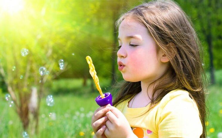 Ребёнок с мыльными пузырями