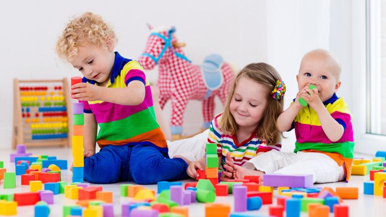 Дети с разноцветными игрушками