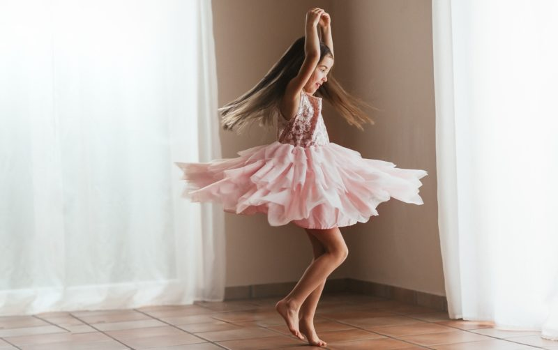 Девочка танцует