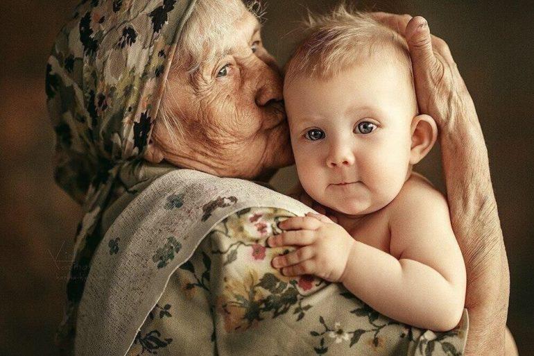 Бабушка с маленьким ребёнком
