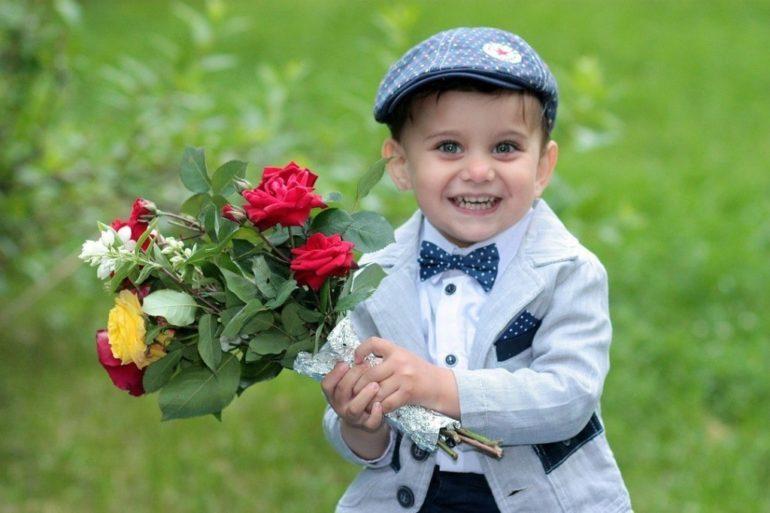 Ребёнок держит букет цветов