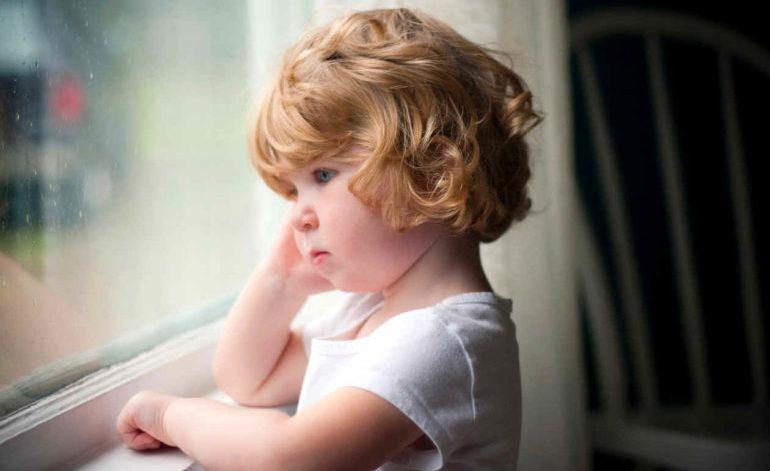 Ребёнок смотрит в окно