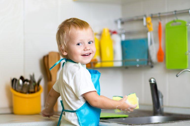 Ребёнок моет посуду