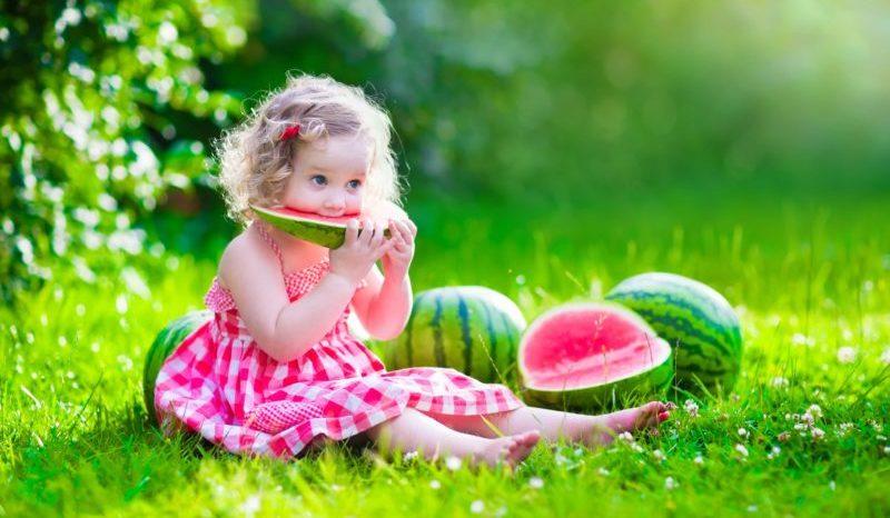Ребёнок с арбузами
