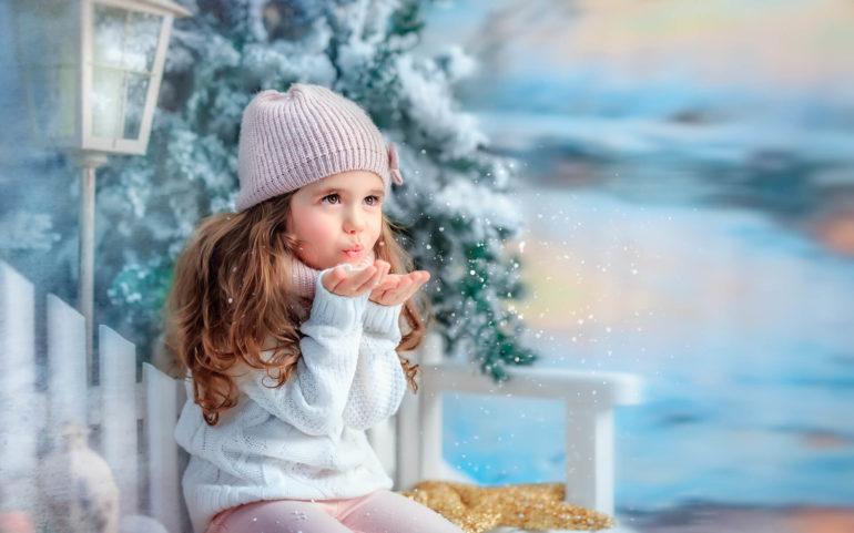 Снежинки на руках у девочки