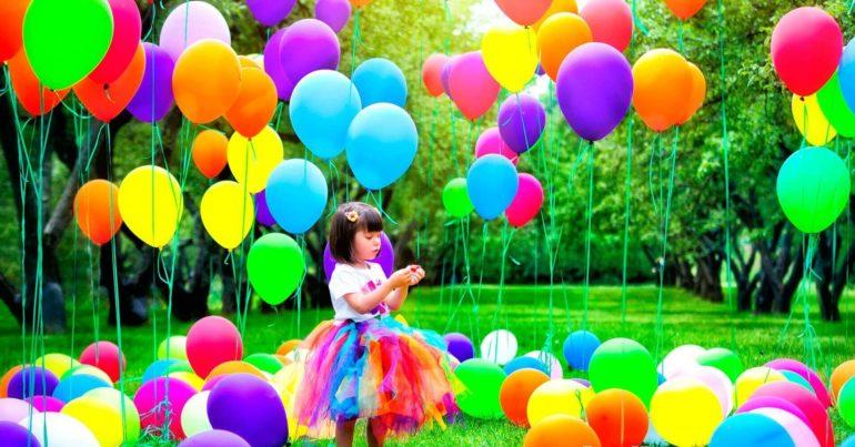 Ребенок с воздушными шариками